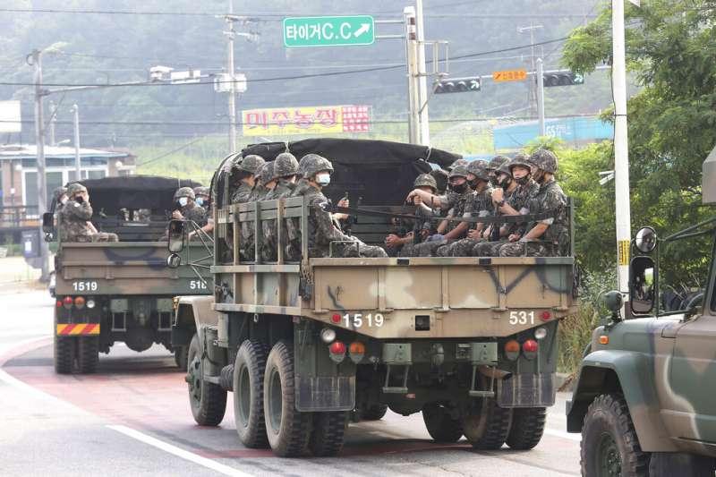 2020年6月17日,南韓部隊在坡州市進行移防。北韓16日表示,朝鮮人民軍將重新部署到兩韓的軍事緩衝區。 (美聯社)
