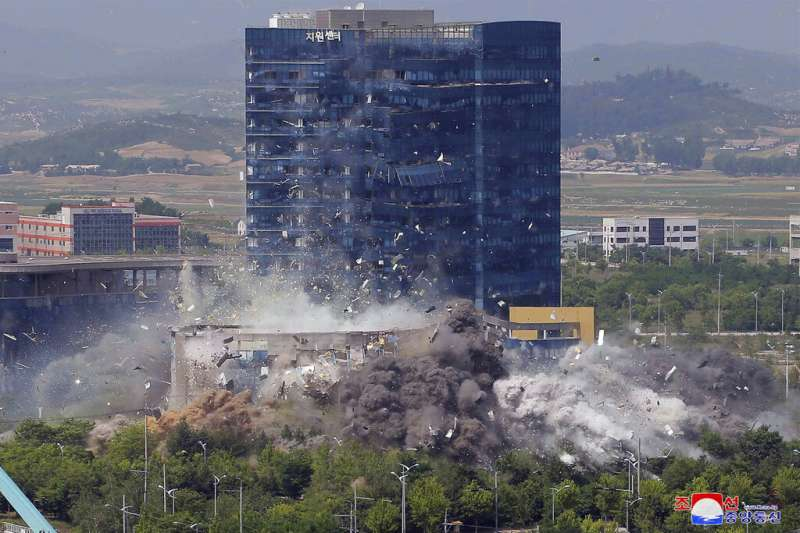 位於開城工業區的南北韓聯絡辦公室在2020年6月16日遭到北韓炸毀,平壤當局顯然藉此擺出拒絕溝通的威嚇姿態。(美聯社)