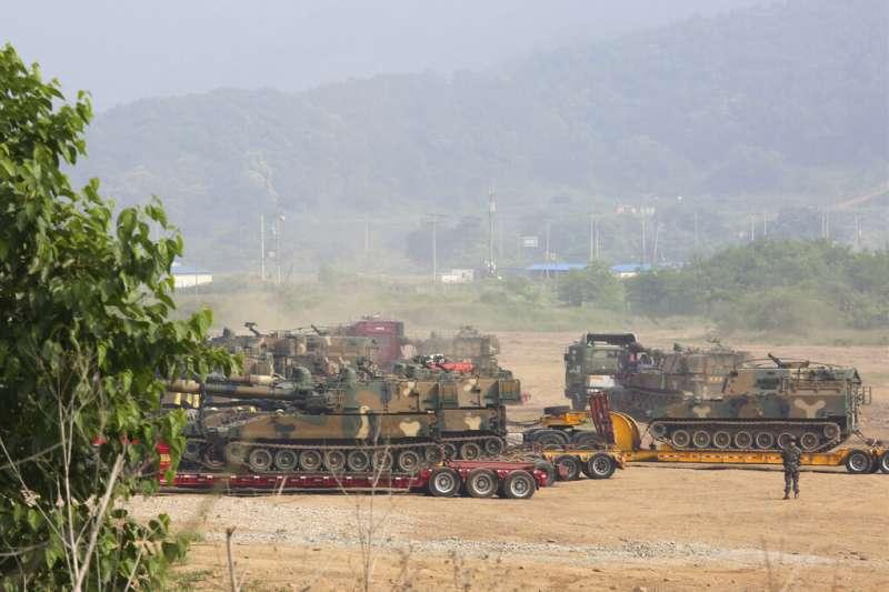 2020年6月16日,南韓陸軍的K-55自走砲出現在兩韓邊境。由於北韓當天炸毀了位於開城的南北韓聯絡辦公室,朝鮮半島頓時陷入緊張情勢。 (美聯社)