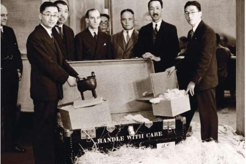 1935 年倫敦「中國藝術國際展覽會」開箱合影,左起為故宮時任科長莊嚴、鄭天錫中國駐英大使、發起人大維德理事、陳維城中國駐英大使館參事、王景春駐英代表、傅振倫故宮幹事。(作者提供)