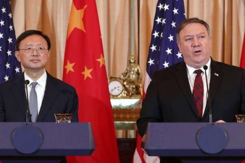 美國國務卿龐畢歐和中國中央外事工作委員會辦公室主任楊潔篪2018年11月9日在華盛頓舉行記者會。(BBC中文網)