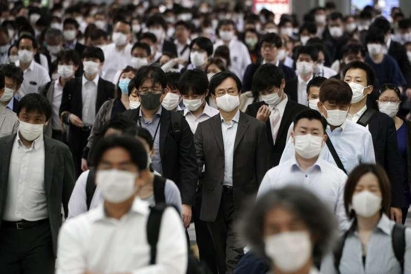 日本當局研議放寬持有中長期居留資格民眾的入境限制。(AP)