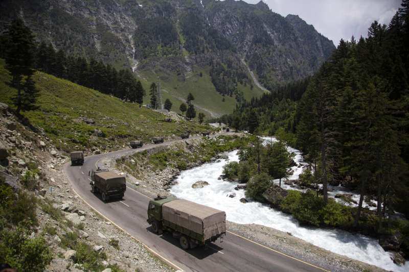 印度與中國15日發生流血衝突後,載運印軍士兵的卡車仍在通往拉達克區的公路上川流不息。(美聯社)