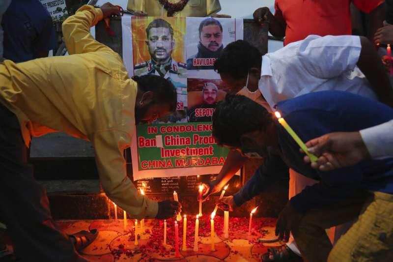 印度大城海德拉巴的民眾為在中印衝突中捐軀的印度官兵點起蠟燭悼念。(美聯社)