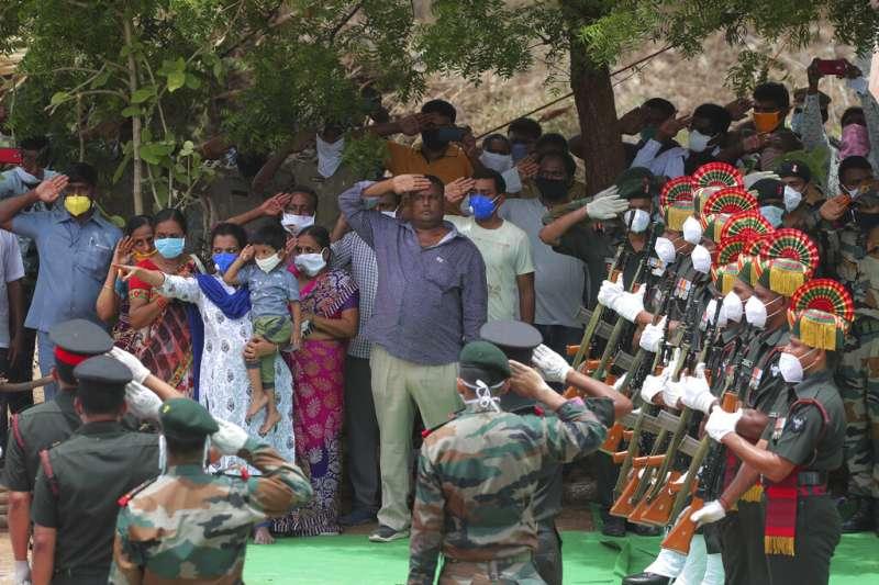 在中印衝突中陣亡的印度軍官巴布上校(Santosh Babu)親友與同袍,在巴布的葬禮中向他敬禮告別。(美聯社)