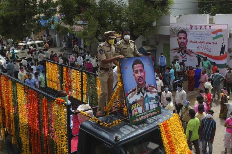在中印衝突中陣亡的印度軍官巴布上校(Santosh Babu)靈柩回到家鄉,受到英雄式的歡迎與悼念。(美聯社)