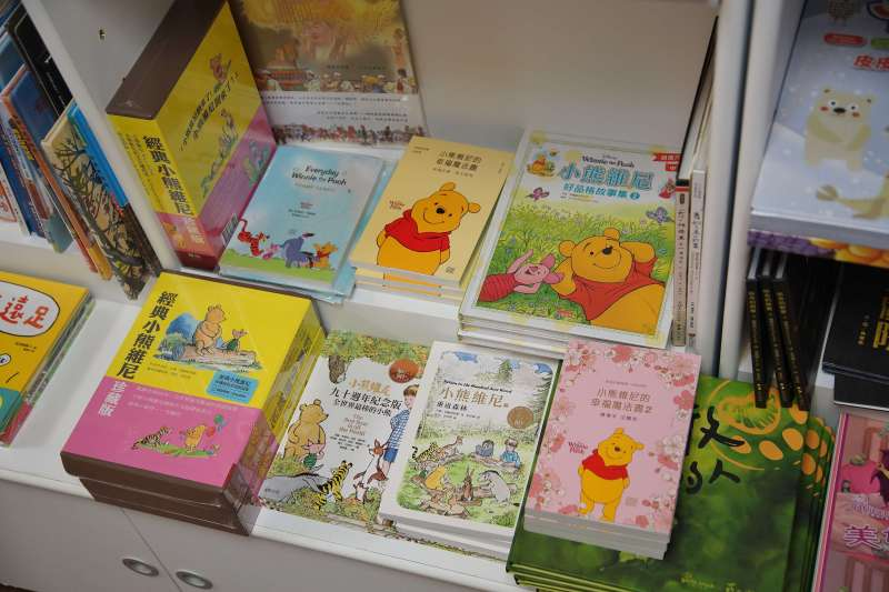 20200618-銅鑼灣書店店長林榮基接受《風傳媒》專訪,書店內擺放許多與小熊維尼相關的童書。(盧逸峰攝)