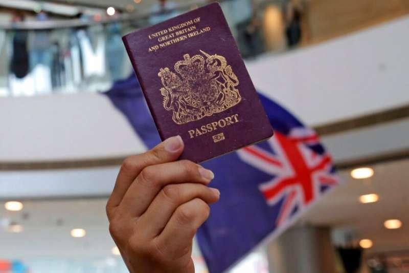 英國放寬港人的英國國民(海外)護照申請,但中國與香港卻不承認其效力。(美聯社)