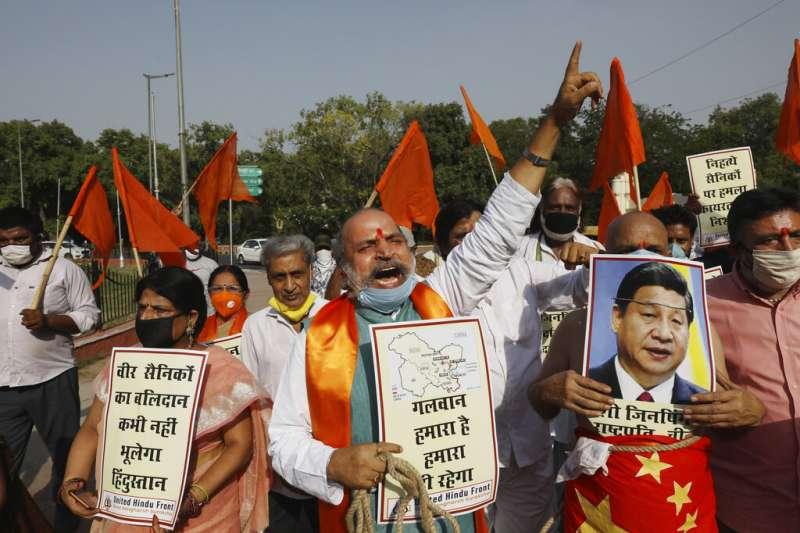 2020年6月18日,一個印度教右翼組織「印度聯合陣線」在新德里高喊反中國口號。(美聯社)