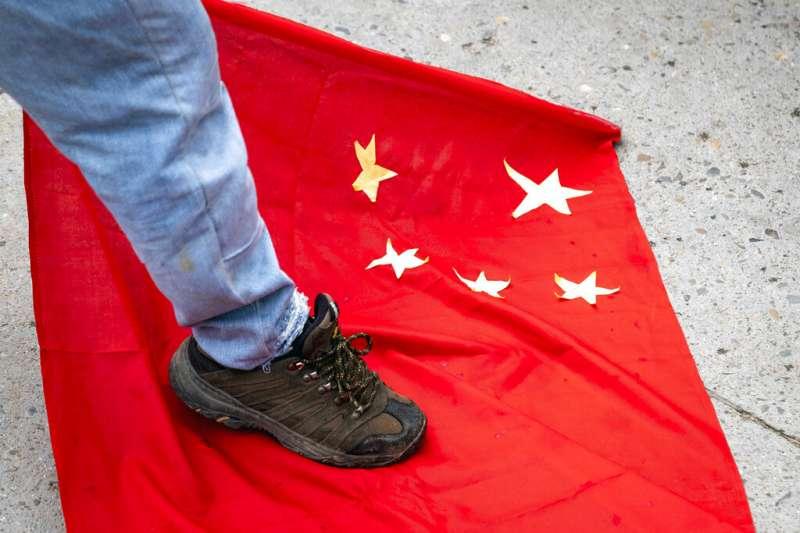 2020年6月18日,流亡藏人在印度達蘭薩拉踐踏中國國旗,抗議解放軍侵略印度。(美聯社)