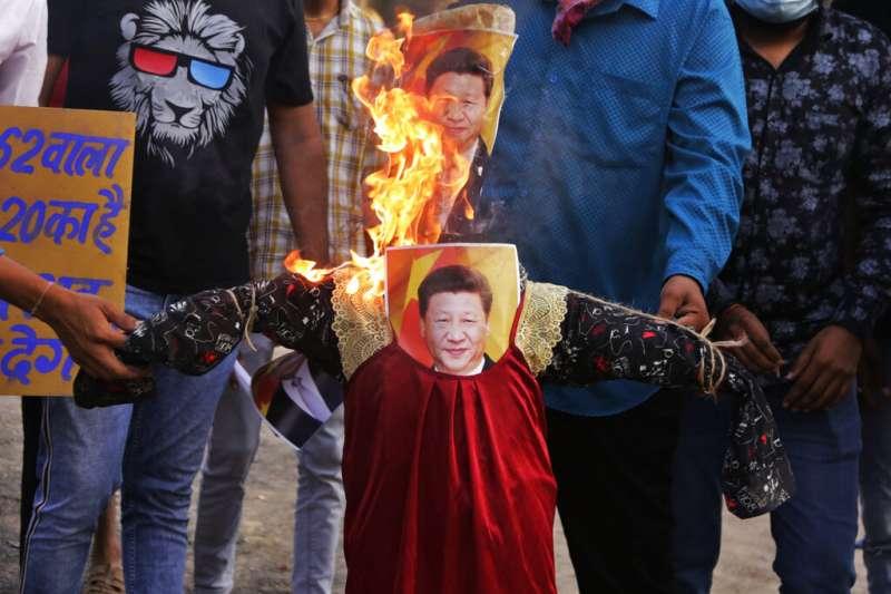 2020年6月18日,印度艾哈邁達巴德舉行反中示威,抗議者當場燒毀習近平照片與人像。 (美聯社)