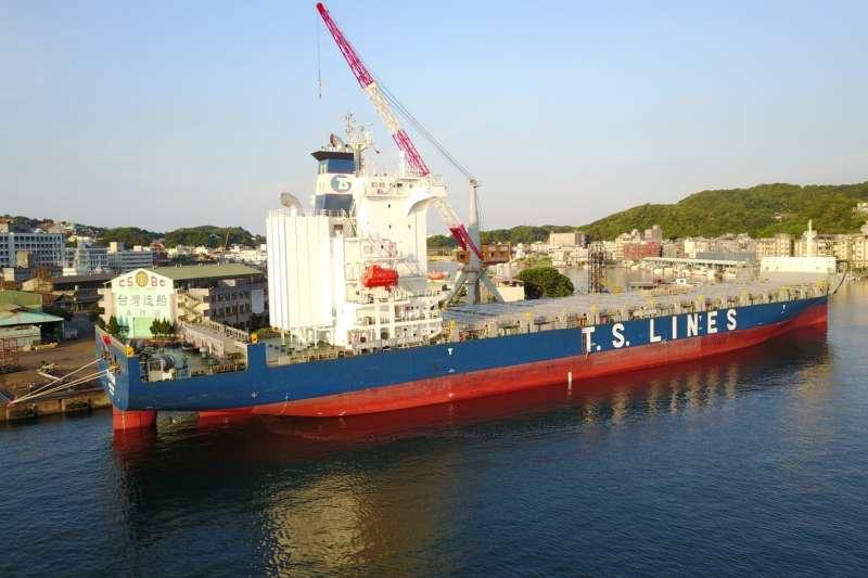 德翔海運公司委託台船公司進行1,800TEU級貨櫃輪的脫硫洗滌器(scrubber)加改裝作業。(圖/台船提供)