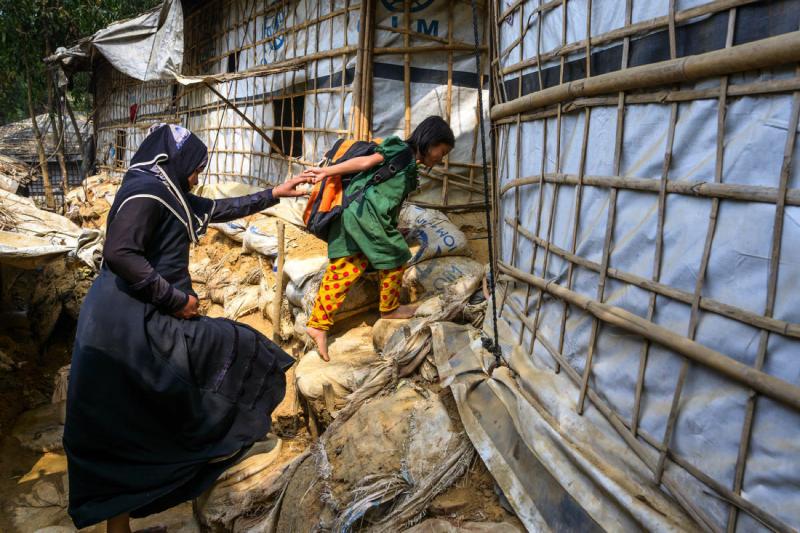 5歲的羅興亞女孩與媽媽住在孟加拉科克斯巴札爾難民營內,幾乎沒有機會接受教育。(臺灣世界展望會)