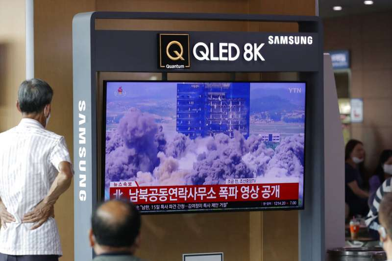北韓16日炸毀位於開城工業園區的南北韓聯絡辦公室大樓,南韓媒體也不斷播放大樓被完全炸垮的畫面。(美聯社)
