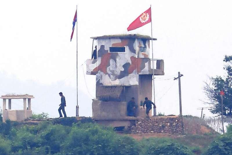 2020年6月18日,一處接近南韓邊境的北韓哨所有不少軍人正在活動。(美聯社)