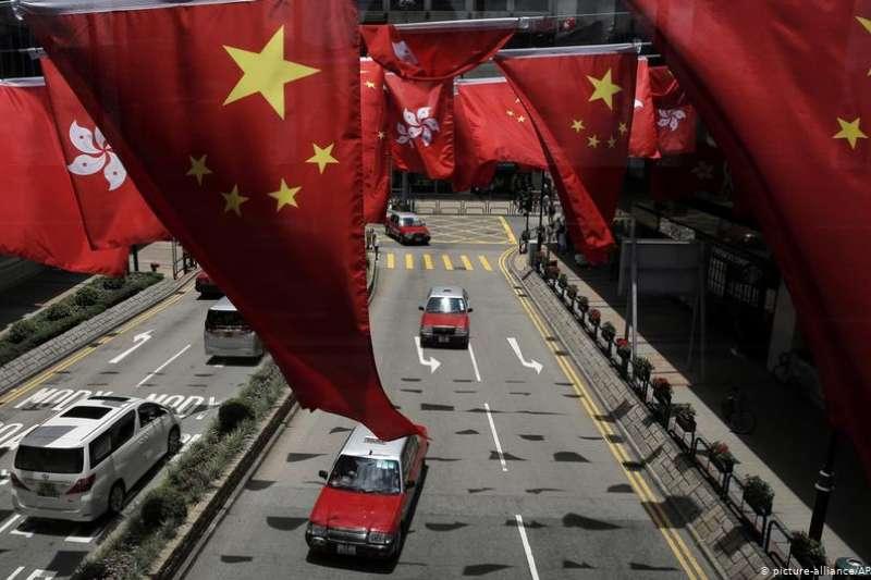 《國歌法》通過後,香港教育局隨即規定中小學定期奏唱國歌,但三個指定日子均為公眾假期,被質疑措辭強硬只是向北京交差。當局的報警論也備受爭議,有學生團體批評是恐嚇學生。(德國之聲中文網)