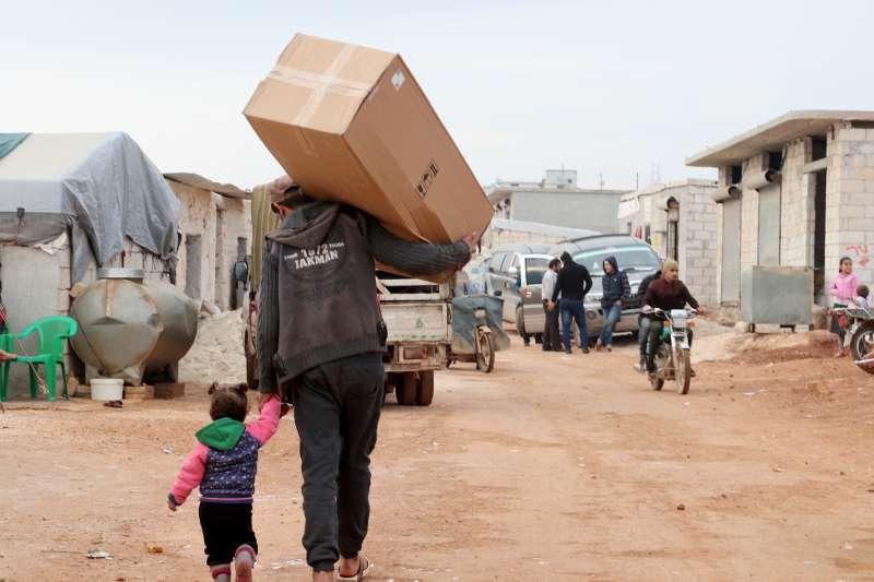 世界展望會在敘利亞西北部伊伊德利卜發放冬季用品。(台灣世界展望會)
