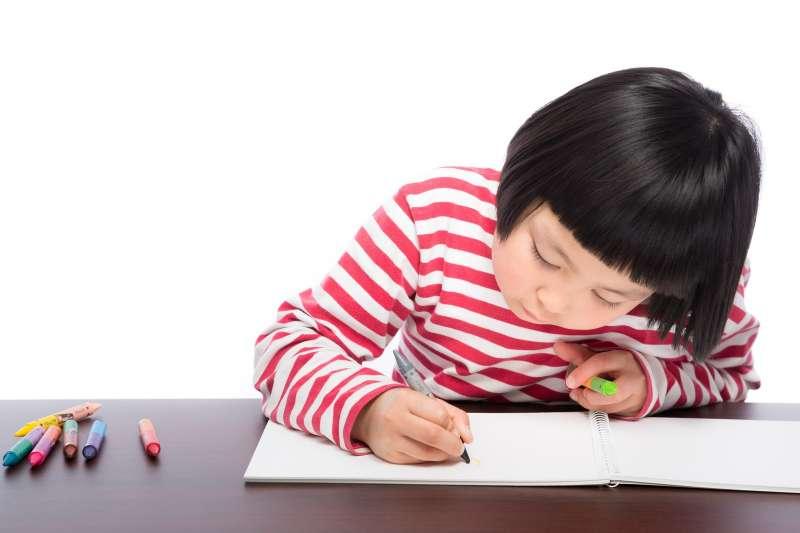研究指出,稱讚孩子能夠使他們的專注力增加20%至30%。(圖/取自pakutaso)