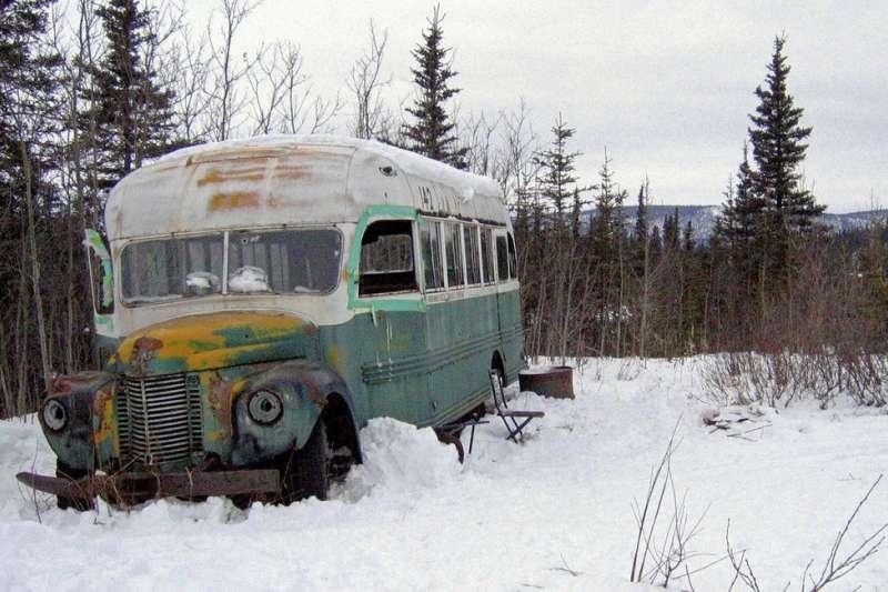 《阿拉斯加之死》廢棄公車引發旅客朝聖,因為頻傳意外,阿拉斯加政府以直升機移走巴士。(AP)