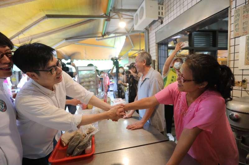 競選團隊目前大致底定,民進黨高雄市長參選人陳其邁(左)於日前就已展開競選行程,前往市場商圈等地掃街拜票。(資料照,陳其邁競選團隊提供)