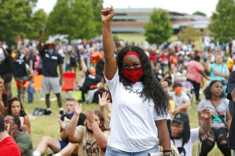 6月19日「六月節」這天,美國奧克拉荷馬州土爾沙市格林伍德區(Greenwood District)進行第16屆紀念活動。(AP)