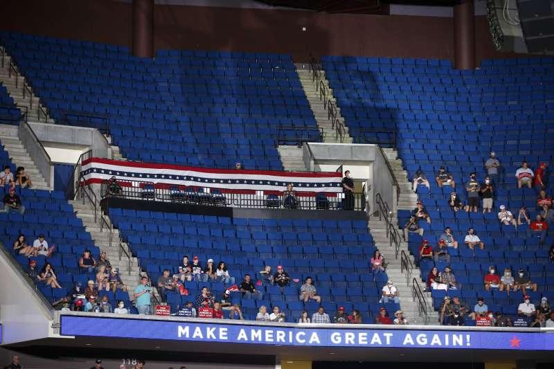 2020年6月20日,美國總統川普在奧克拉荷馬州土爾沙的首場重啟造勢活動,出席人數不如預期,且未強制參加者戴口罩(AP)