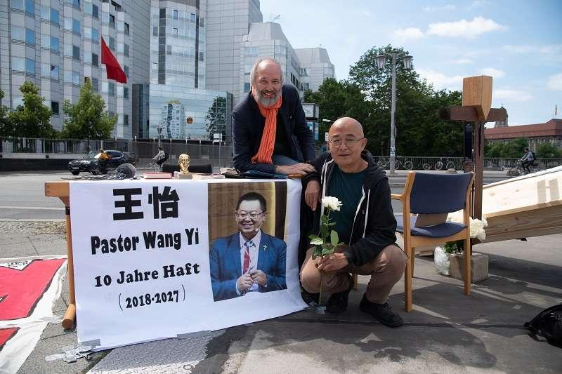 羅蘭(左)與廖亦武(右)聲援遭重判的牧師王怡。(圖片由廖亦武提供)