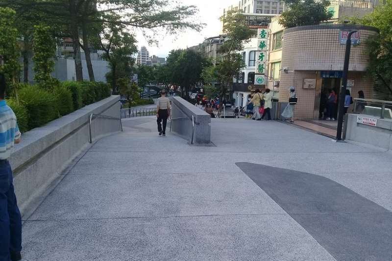 說要做綠色廊道,結果台北中山捷運站的綠地卻消失變成水泥地。(朱淑娟攝)