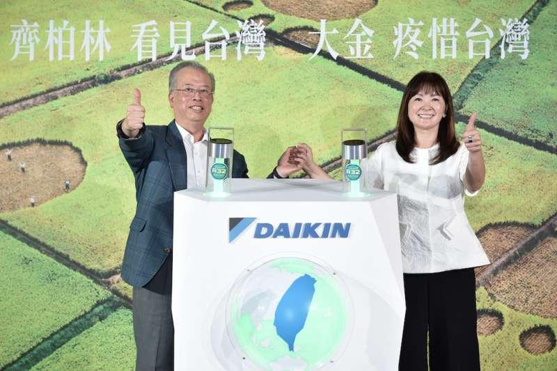 (左)和泰興業總經理王玄郎與齊柏林基金會執行長萬冠麗。(圖/大金空調提供)