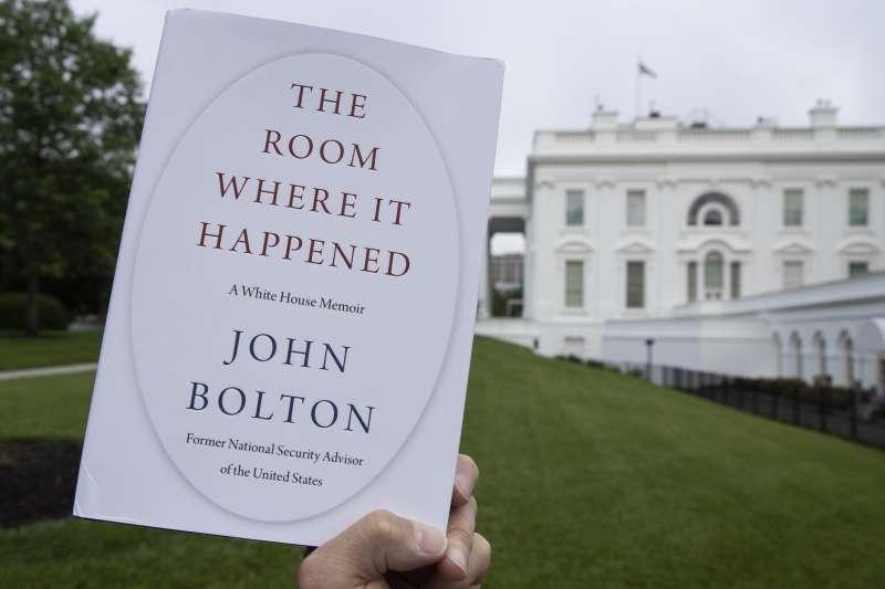 波頓著書攻擊前老闆川普,成為媒體焦點,連書名都被大做文章。(AP)