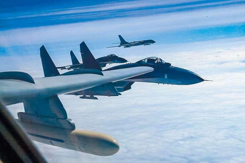 共軍軍機頻繁進入我防空識別區,令兩岸軍事衝突隱憂再次引發熱烈討論。(翻攝自中國軍網)