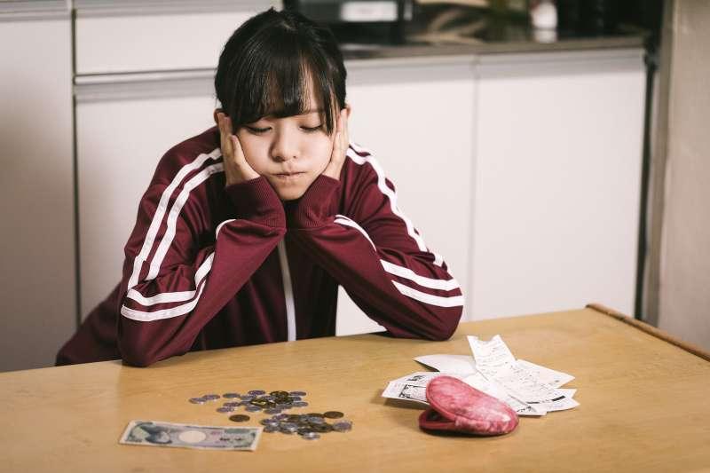 為何每個月都當月光族,想省錢也省不了多少錢呢?(圖/pakutaso)