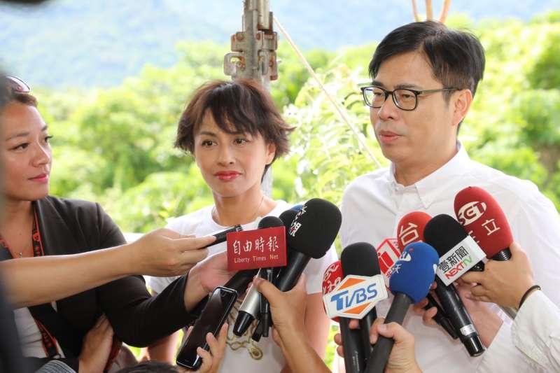 民進黨市長參選人陳其邁(右)23日由立委邱議瑩陪同,前往六龜關心國道十號延伸案。(陳其邁辦公室提供)