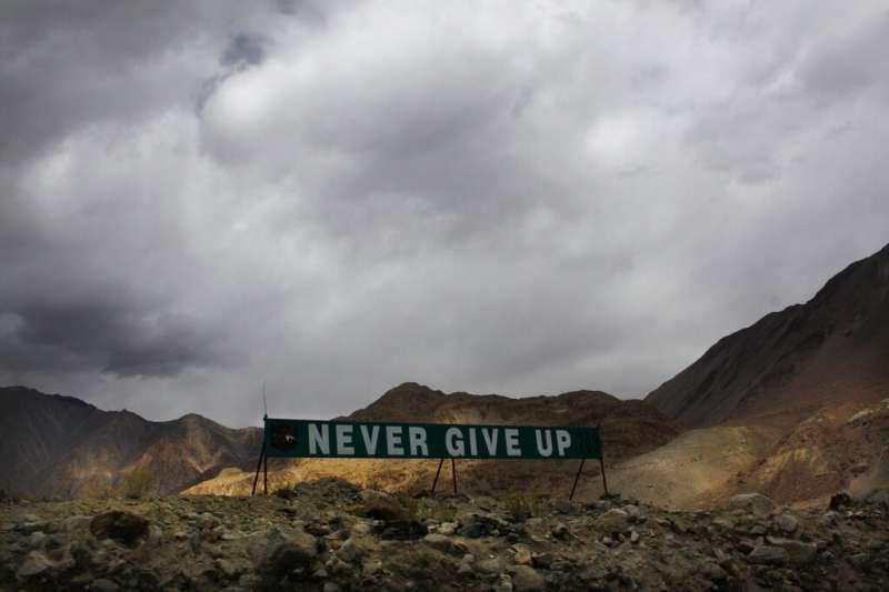 在2017年的中印邊境衝突後,印度軍隊在中印邊界附近的班公錯湖附近豎起「永不放棄」的旗幟。(美聯社)