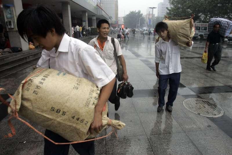 中國的貧富差距超英趕美,官方證實有3成人口處於貧困地區農村居民水準。(美聯社)