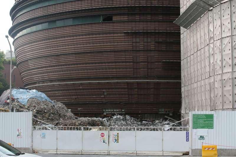 6月20日,晶華城拆除工程造成8樓樓地板塌陷至1樓,一名工人慘遭活埋罹難,遭北市府勒令停工。(柯承惠攝)