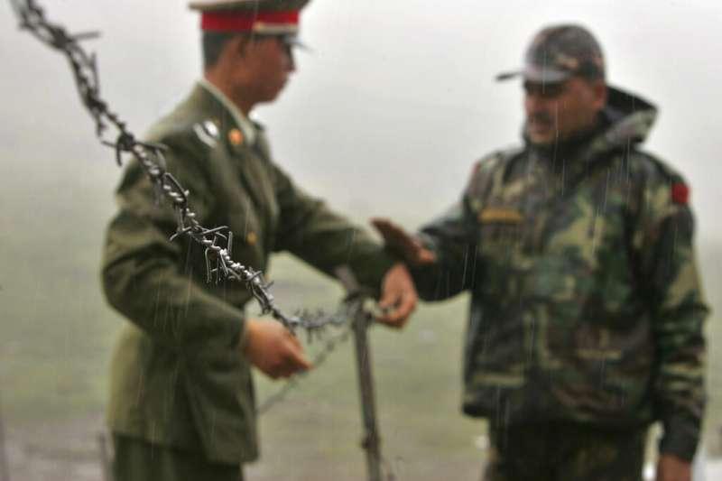 一名中國士兵與一名印度士兵在中印邊境短暫接觸。(美聯社資料照)