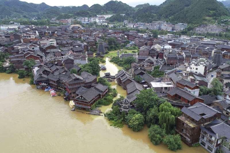 貴州省日前遭遇洪水的空拍照。中國官媒23日稱,中國南部的洪水和土石流已造成數千人喪生。(美聯社)