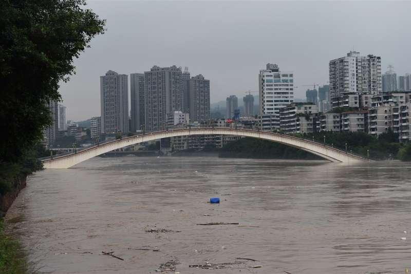 長江流域近來遭遇連續強降雨,已有多地傳出災情。重慶22日更出現80年來最大洪水,水位一度超過堤防防洪上限。(中新社)