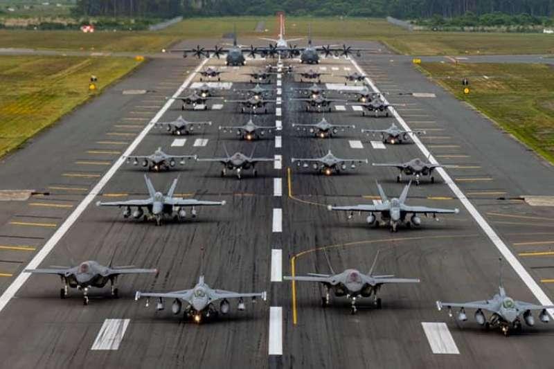 駐日美軍在日本三澤基地上演「大象漫步」。(駐日美軍臉書)