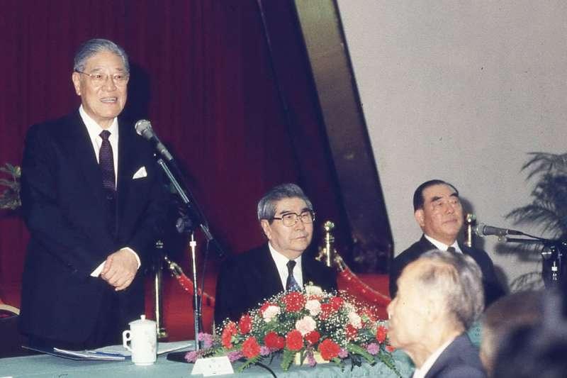 郝柏村(右)的宣誓效忠,是李登輝(左)在蔣經國死後能鞏固政權的主因。(新新聞資料照)
