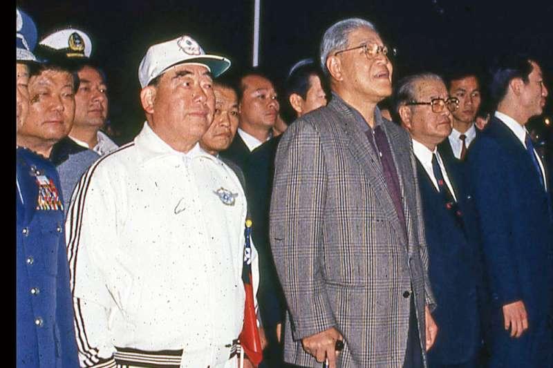 李登輝(左二)與郝柏村(左一)曾共享權力,但後來仍決裂。(新新聞資料照)