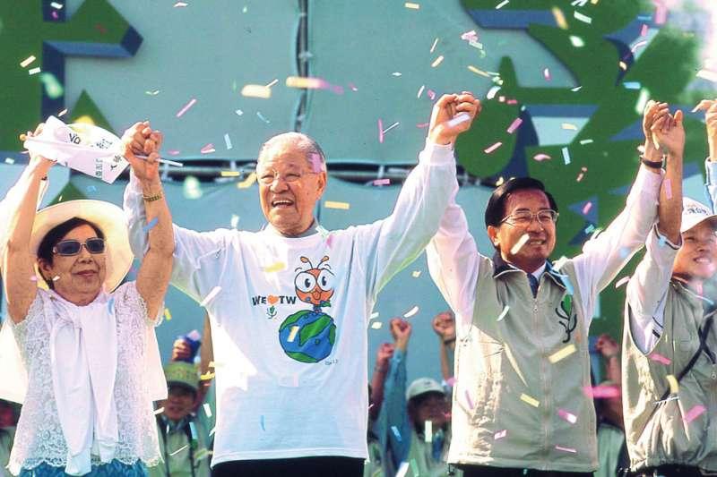 李登輝(左二)在2004年陳水扁(右二)競選總統連任時,拋下過去恩怨大力助選。(新新聞資料照)