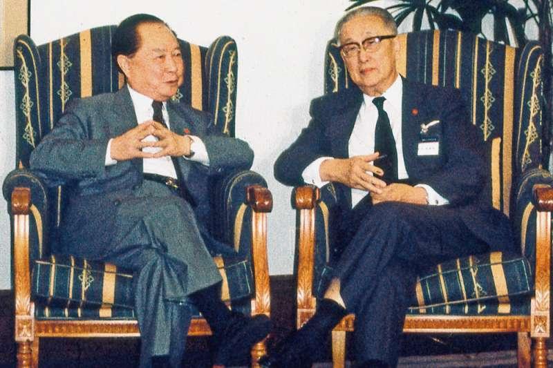 李登輝任內促成汪道涵(左)和辜振甫(右)會談,為台海兩岸交流打開大門。(新新聞資料照)