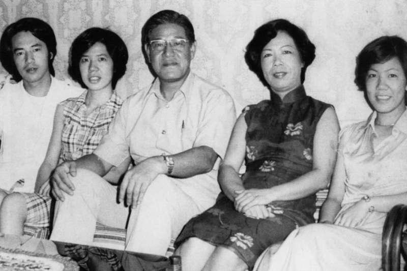 長子李憲文(左一)壯年亡故,令李登輝(中)哀傷不已。(翻攝自《李登輝總統照片集》)