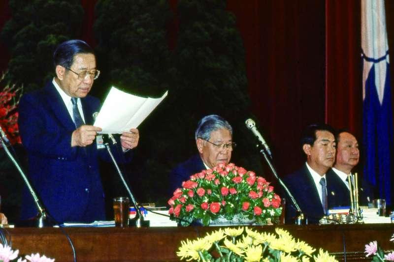 李煥(左一)和宋楚瑜(右二)在李登輝(左二)固權過程都扮演重要角色。(新新聞資料照)