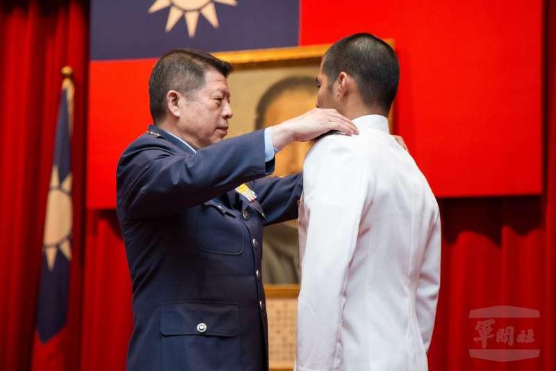 20200624-三軍六校24日各自舉行畢業典禮,國防部軍政副部長張哲平(左)替畢業生授階。(取自軍聞社)
