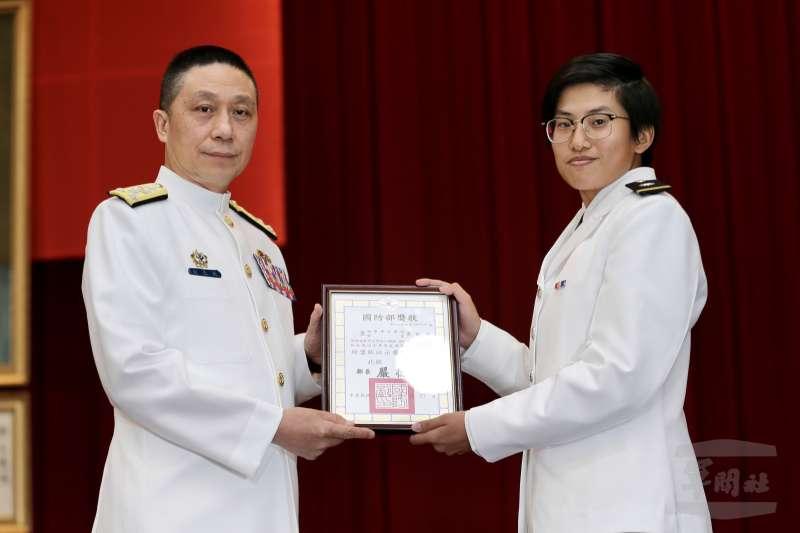 20200624-三軍六校24日各自舉行畢業典禮,海軍司令劉志斌(左)頒發畢業證書。(取自軍聞社)