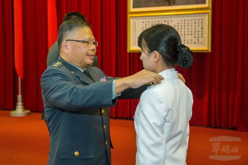 20200624-三軍六校24日各自舉行畢業典禮,國防部軍備副部長張冠群(左)為畢業生授階。(取自軍聞社)