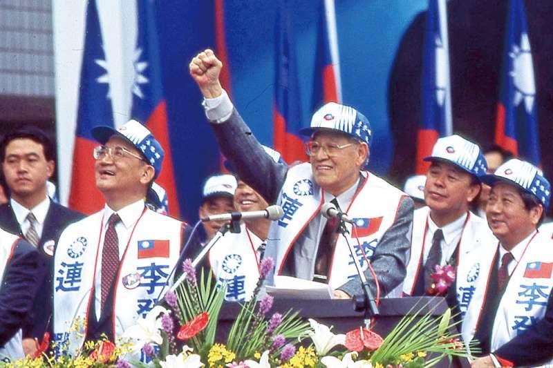 1996年李登輝(右三)參戰台灣首次總統直接民選,並順利當選。(新新聞資料照)